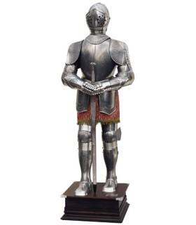 Natural de armadura e espada de prata gravada em suas mãos