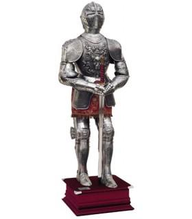 Natural armadura prateada com gravuras, terno marrom e espada em suas mãos