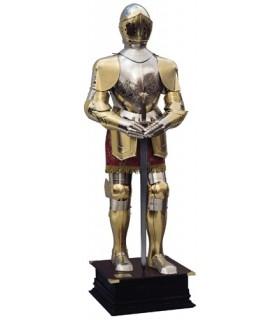 armadura natural gravado prata e ouro, terno marrom e uma espada em suas mãos