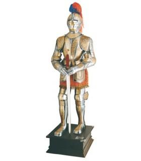 armadura natural banhado com gravuras de ouro e espada em suas mãos