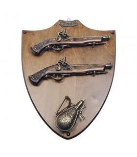 Panóplia de madeira com pistolas e polvorera
