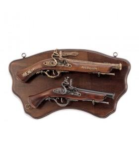 Panóplia de madeira com armas antigas